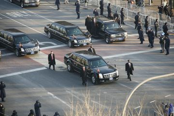 800px-Obama_Cadillac_limousine_in_2009_inaugural_parade