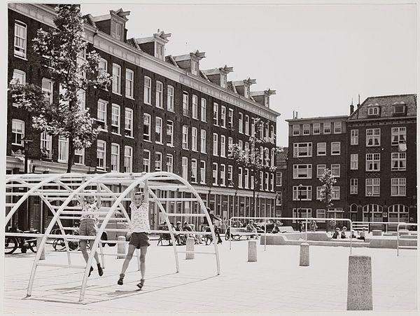 """Aldo van Eyck: Playground. Entre los años de 1947 y 1978, Van Eyck diseño más de 700 """"espacios de juego"""" transformando áreas bacantes y zonas destruidas de Ámsterdam a raíz de la Segunda Guerra Mundial."""