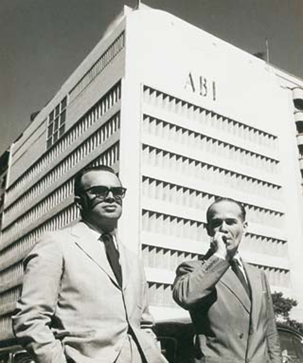 Los arquitectos Marcelo y Milton Roberto frente al edificio de la Asociación Brasilera de Prensa (ABI). Río de Janeiro, 1938.